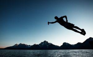 Житель Запорожской области сломал позвоночник после прыжка в озеро