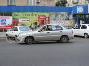 В Запорожской области девушка-водитель врезалась в припаркованный автомобиль - ФОТО