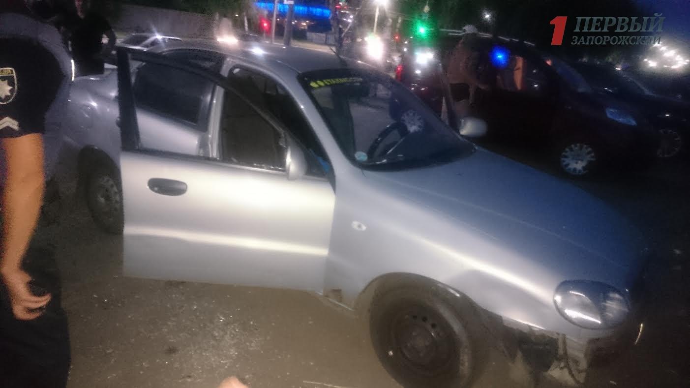 На центральном пляже Запорожья неизвестные разбили стекла и ограбили автомобиль – ФОТО, ВИДЕО