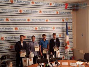 В Запорожье четверо подростков получили награды за спасение своего друга - ФОТО