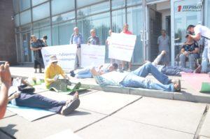Под стенами областного совета пациенты-диализники устроили лежачий протест - ФОТО