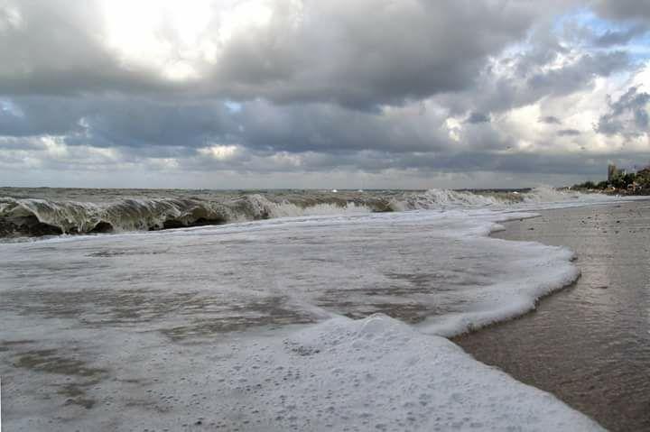 Сегодня на Азовском море купаться опасно: бушует шторм