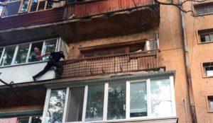 Патрульные спасли женщину, сутки пролежавшую на полу в закрытой квартире - ФОТО