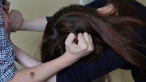 В Запорожье на улице мужчина избил женщину и попытался ее изнасиловать
