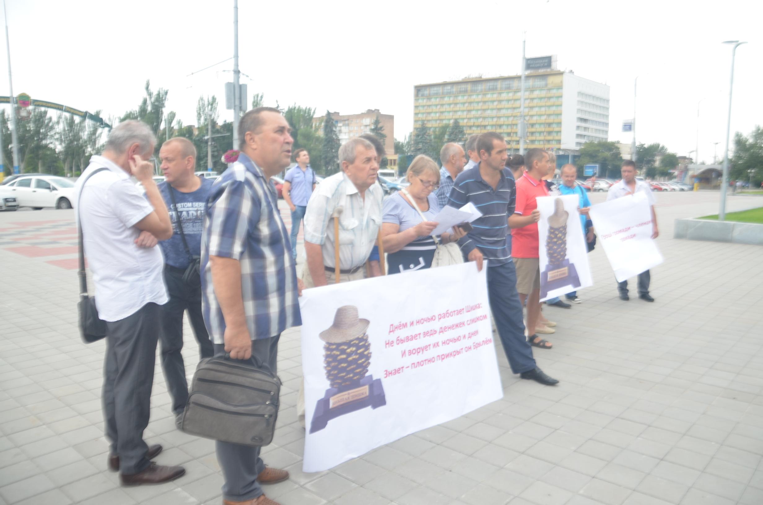 В Запорожье два десятка пациентов-гемодиализников митингуют под стенами ОГА - ФОТО