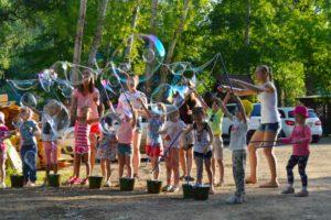 Запорожцев приглашают отпраздновать День дружбы с играми и большим шоу мыльных пузырей