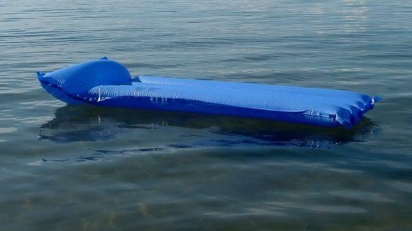На запорізькому курорті двох киян віднесло в море на матраці