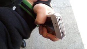 Попросил позвонить и исчез: в Запорожье на улице ограбили 9-летнего мальчика