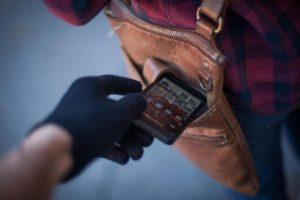 В Запорожье грабитель вытащил из женской сумочки мобильный телефон прямо в магазине - ФОТО