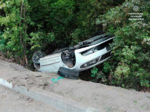 Машина слетела в кювет и перевернулась: пьяный владелец авто утверждал, что за рулем находился другой человек - ФОТО