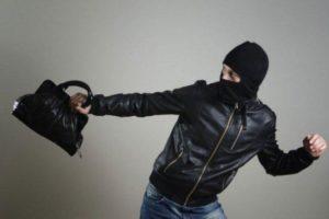 В Запорожской области задержали вора, который похитил у местной жительницы сумочку с 6 тысячами долларов