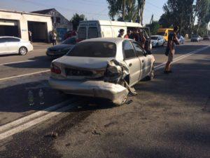 В Запорожье произошло тройное ДТП: одна из машин врезалась в ворота жилого дома - ФОТО