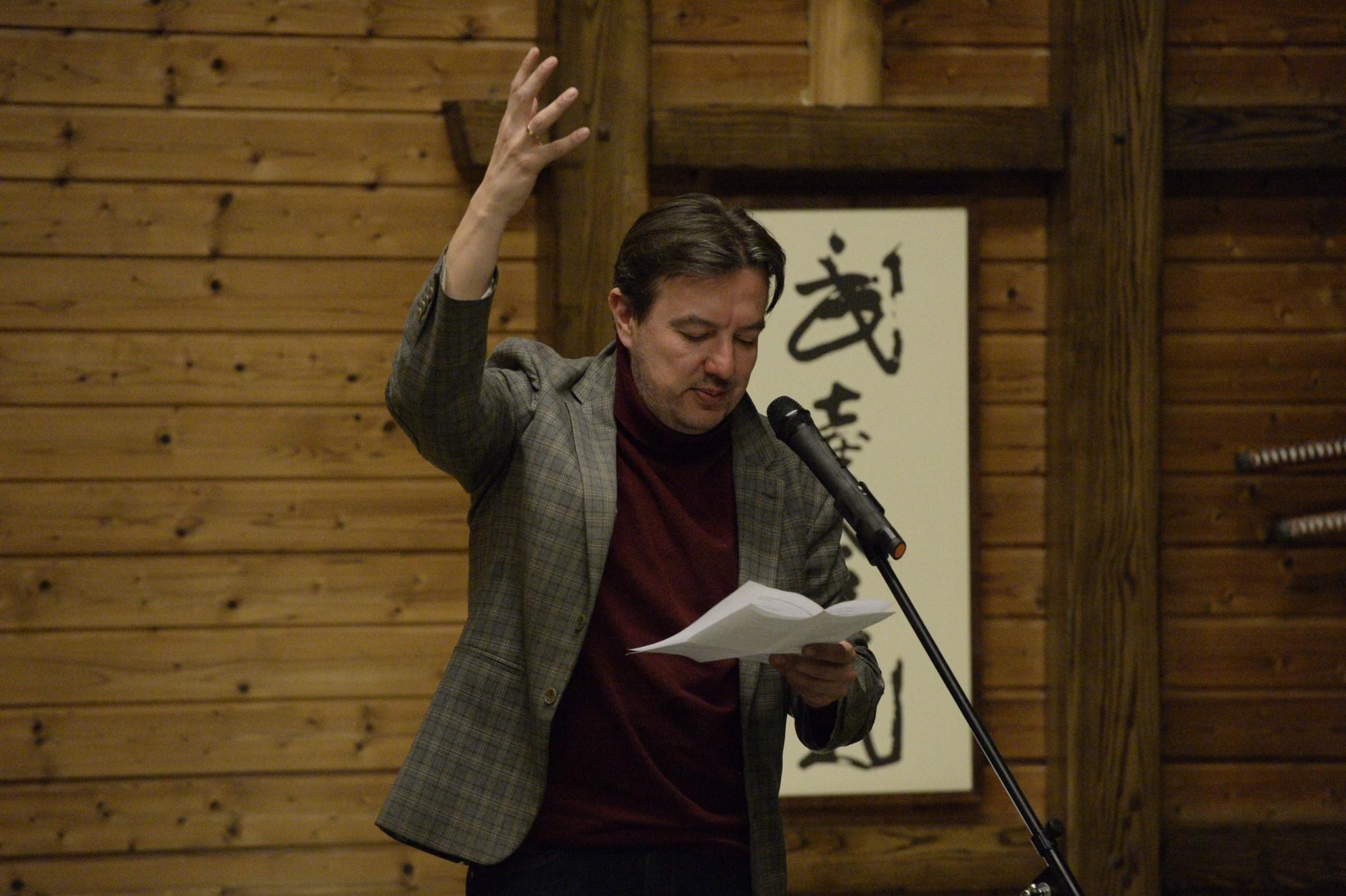 Известного украинского поэта, который получил спецприз на «Коронации слова» обобрали до нити на запорожском вокзале