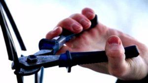 В Запорожье двое мужчин с помощью автомобиля ночью вытянули 160 метров кабеля из колодца - ВИДЕО