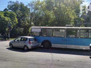 В Запорожье троллейбус с пассажирами попал в ДТП: образовалась пробка - ФОТО