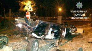 В Запорожье автомобиль с пьяным водителем врезался в бетонную плиту и перевернулся - ФОТО