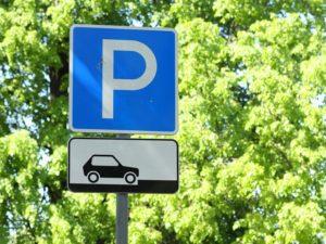 Я паркуюсь, как хочу: водитель оставил свою машину прямо на тротуаре - ФОТО