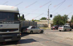 В Запорожской области легковушка попала под фуру - ФОТО
