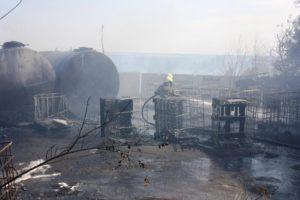 В Запорожье на территории автотранспортного предприятия горела цистерна и складское помещение - ФОТО