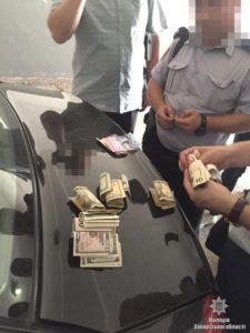 В Запорожье два полицейских «попались на горячем» при попытке вручить следователю тысячу долларов - ФОТО
