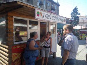 На запорожском рынке облили йодом общественную активистку Елену Еременко – ФОТО