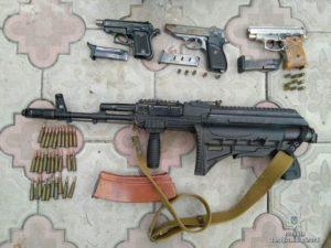 Житель Запорожской области угнал автомобиль и складировал дома арсенал оружия  - ФОТО
