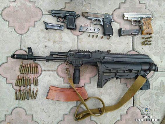 ВМелитополе уподозреваемого вугоне машины дома отыскали оружейный арсенал