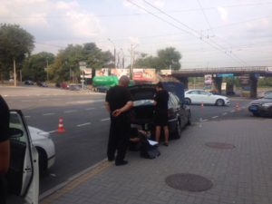 В Запорожье двое парней разбили витрину магазина и украли кофемашину - ФОТО