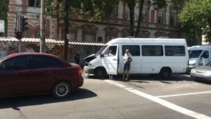В центре Запорожья столкнулись три маршрутки и две легковушки: есть пострадавшие - ФОТО