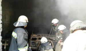 В Запорожье на СТО произошел пожар: сгорели два автомобиля - ФОТО