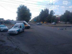 В Запорожье легковушка сбила велосипедиста: пострадавшую госпитализировали - ФОТО, ВИДЕО