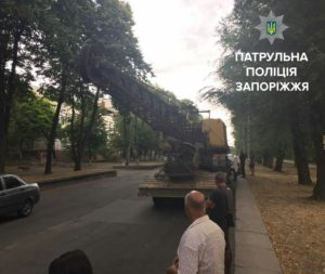 В Запорожье полицейские оштрафовали грузовик, который перевозил экскаватор - ФОТО