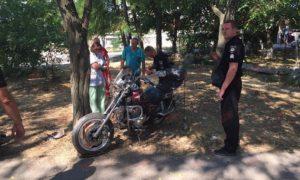 На запорожском курорте автомобиль несколько метров протащил за собой мотоциклиста - ФОТО, ВИДЕО