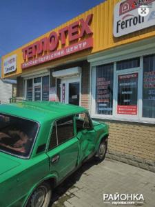 В Запорожской области легковушка влетела в магазин после столкновения со