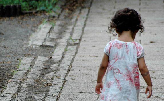 Из-за халатности пьянойматери маленькая девочка находилась на улице без присмотра - ФОТО