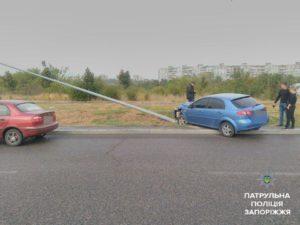 В Запорожье легковушка снесла столб электроопоры - ФОТО