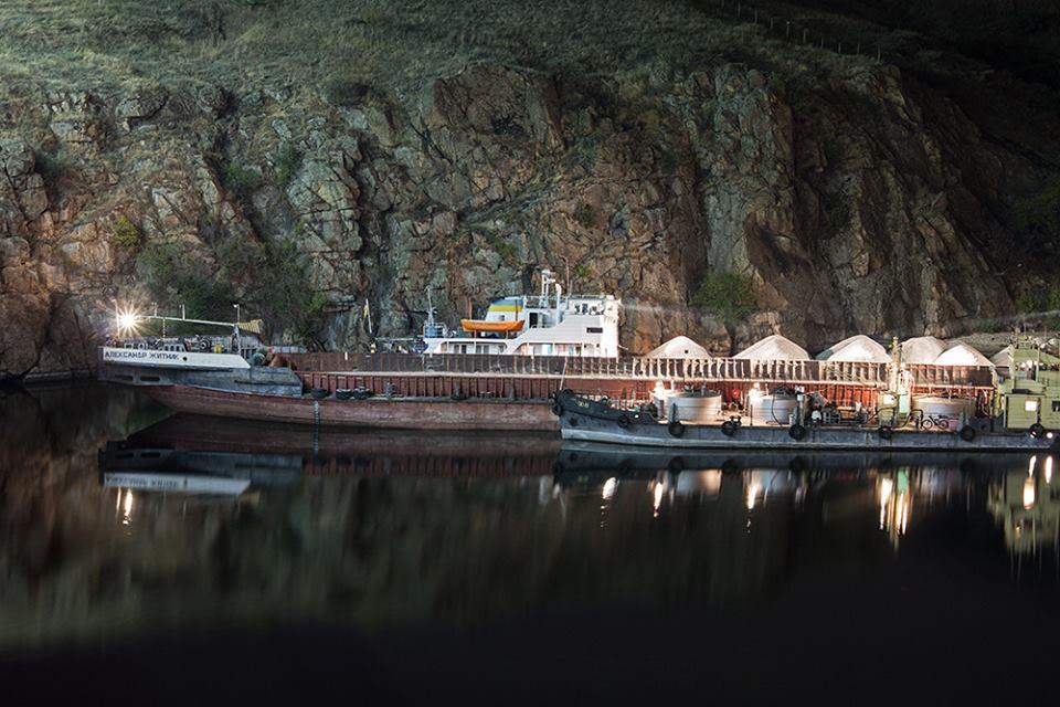 В Запорожье из-за пробоины грузовая баржа села на мель - ФОТО, ВИДЕО