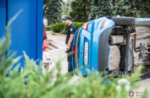 В центре Запорожья перевернулась легковушка: водитель погиб - ФОТО