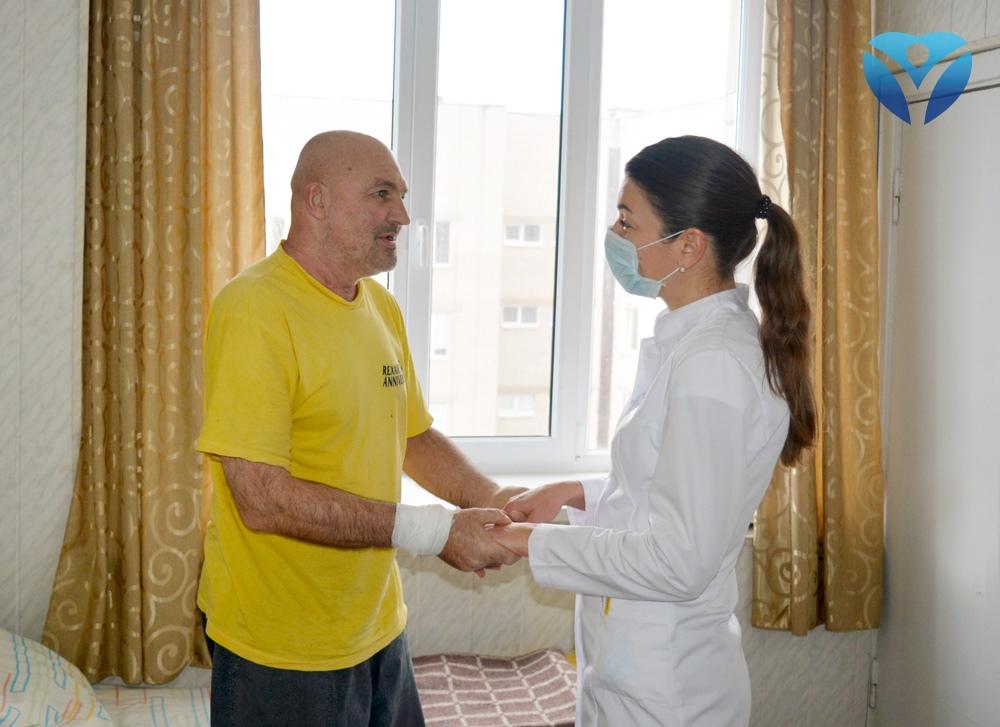 foto-9_-patsient-blagodarit-zaveduyushhuyu-otdeleniem-natalyu-unguryan-za-vosstanovlennoe-zrenie