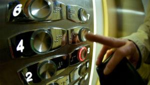 Патрульные задержали запорожца, который пугал жильцов дома в лифте - ФОТО
