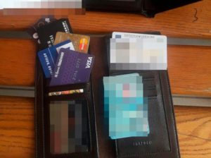 Запорожские патрульные нашли в туалете ж/д вокзала украденную сумку с документами - ФОТО