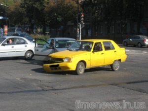 В Запорожье на центральном проспекте столкнулись две легковушки - ФОТО
