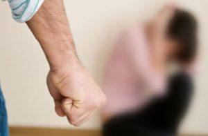 В Запорожье мужчина избил 17-летнюю девушку на лестничной клетке
