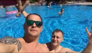 Во время сессии городского совета глава фракции «УКРОП» развлекается в аквапарке - ФОТО