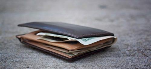 В Запорожье посреди улицы нашли кошелек с деньгами и документами - ФОТО