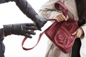Запорожанку ограбили на автовокзале при входе в маршрутку