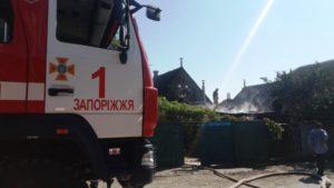 В Запорожье во время пожара едва не взорвался газовый баллон в авто - ФОТО