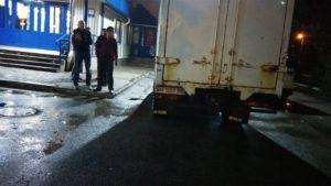 В Запорожье молодые люди на парковке заблокировали движение пьяного водителя - ФОТО