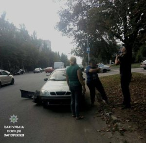 В Запорожье дорогу не поделили легковушка и мотоцикл - ФОТО