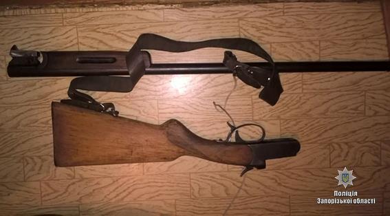 В Запорожской области правоохранители обнаружили в доме у жителей боевые гранаты и обрез винтовки Мосина